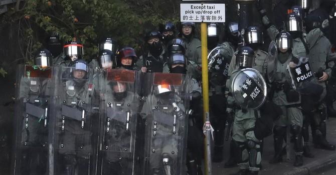 Hỗn loạn chưa từng có, Hồng Kông chính thức tê liệt vì biểu tình, bạo lực