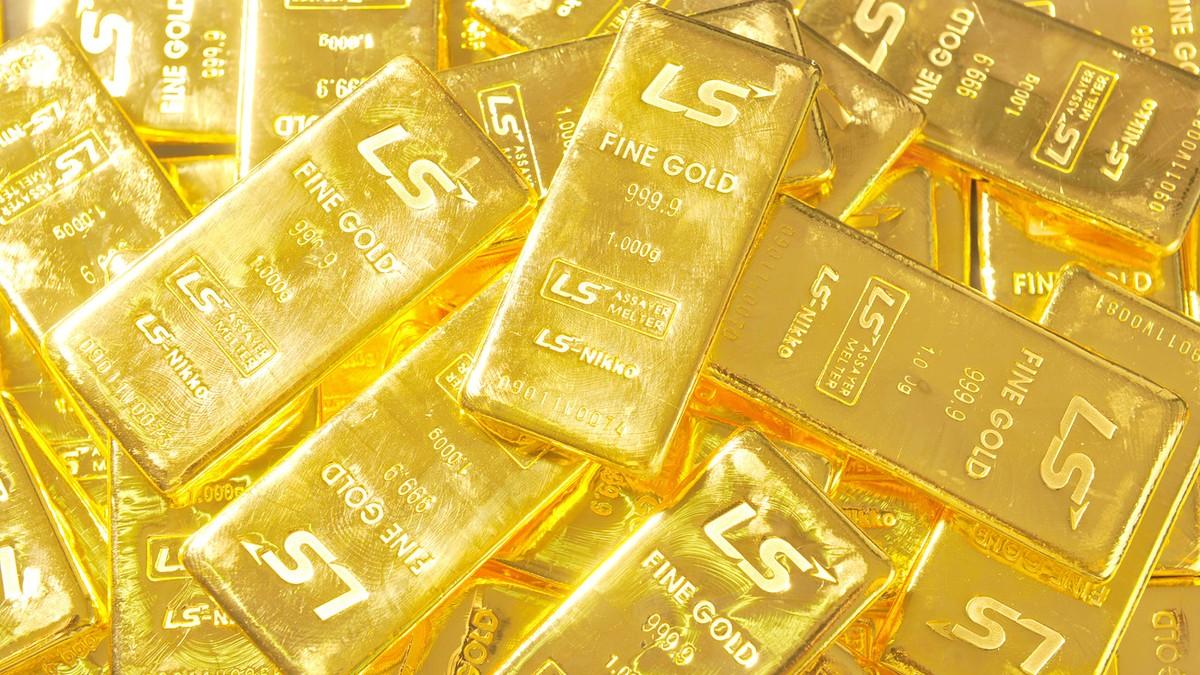 Standard Chartered dự báo giá vàng có thể sớm cán mốc 2.000USD/ounce