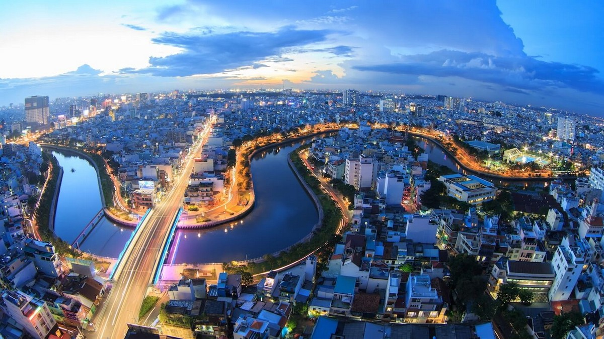 Economists Give Out Policy Recommendations for Vietnam at Crossroads of COVID-19 Recovery