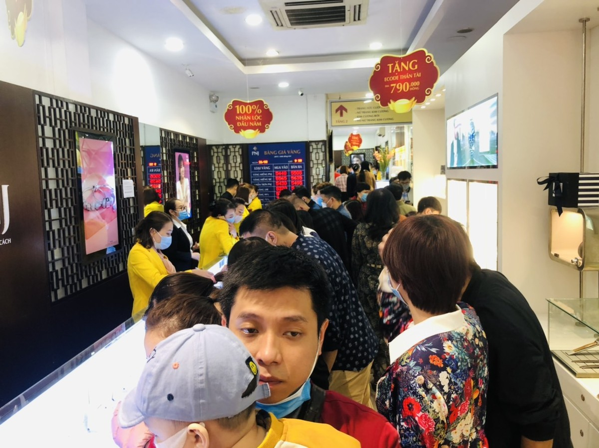 People Line Up to Buy Gold on God of Wealth's Day