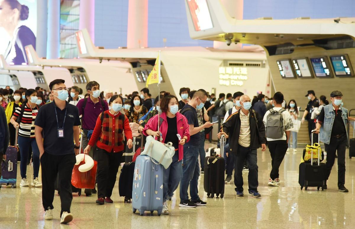 Người Trung Quốc cuồng đi du lịch; máy bay cháy vé, khách sạn cháy phòng