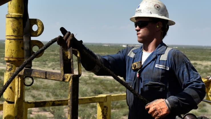 Giá dầu tăng vọt trên các thị trường trong tháng 4/2021