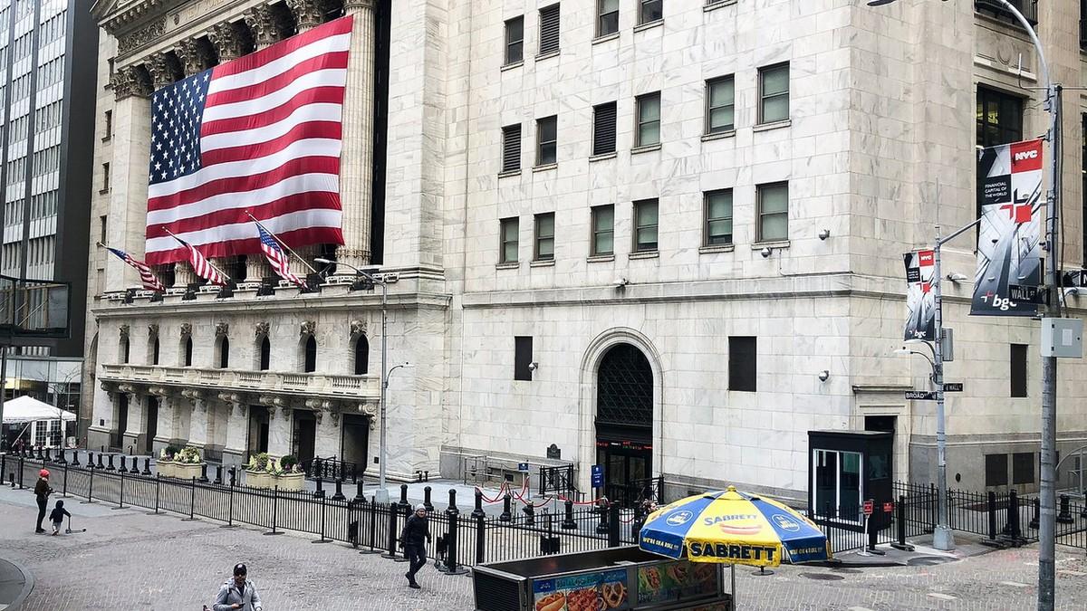 Chứng khoán Mỹ tăng vọt, giá vàng lên nhẹ