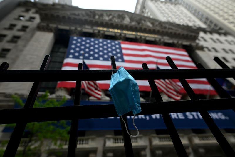 Căng thẳng Mỹ - Trung leo thang, Dow Jones sụt hơn 700 điểm