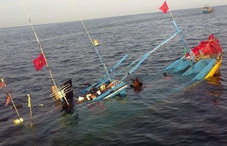 Cà Mau: Tàu cá bị đâm chìm, 7 ngư dân trôi dạt