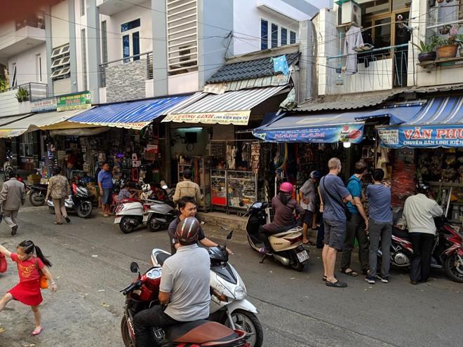 """Khách Tây ngạc nhiên với chợ điện tử """"gì cũng có"""" ở Sài Gòn"""