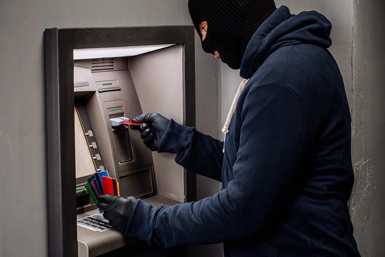 """Đang ngủ, tiền trong ATM """"bốc hơi"""""""