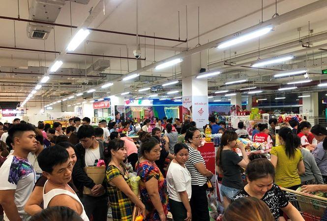 """Người dân TP.HCM đổ xô gom hàng siêu thị Auchan """"tháo khoán"""""""