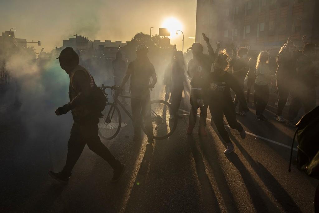 Hai cuộc khủng hoảng giằng xé nước Mỹ: Covid-19 và bạo lực cảnh sát