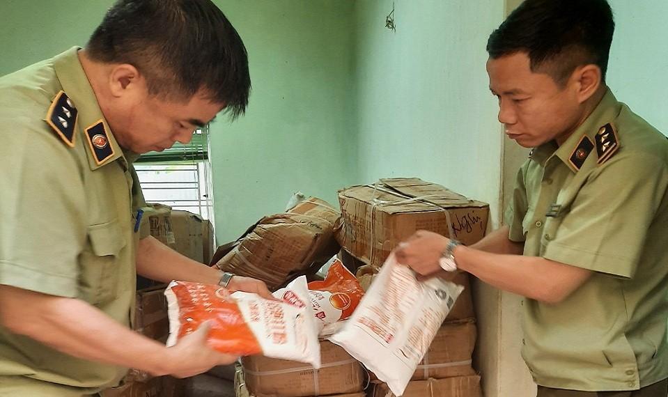 Hà Nội: Phát hiện gần 7 tấn nguyên liệu sản xuất bim bim không rõ nguồn gốc