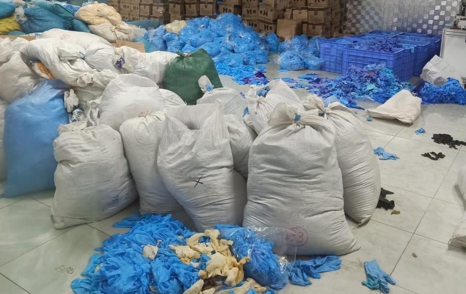 Phát hiện hàng chục tấn găng tay cao su bẩn tại kho hàng ở Bắc Ninh