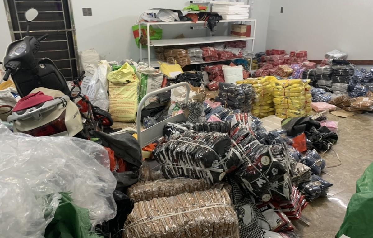 Lật tẩy kho hàng chứa 8.000 quần áo nhập lậu, giả mạo thương hiệu nổi tiếng