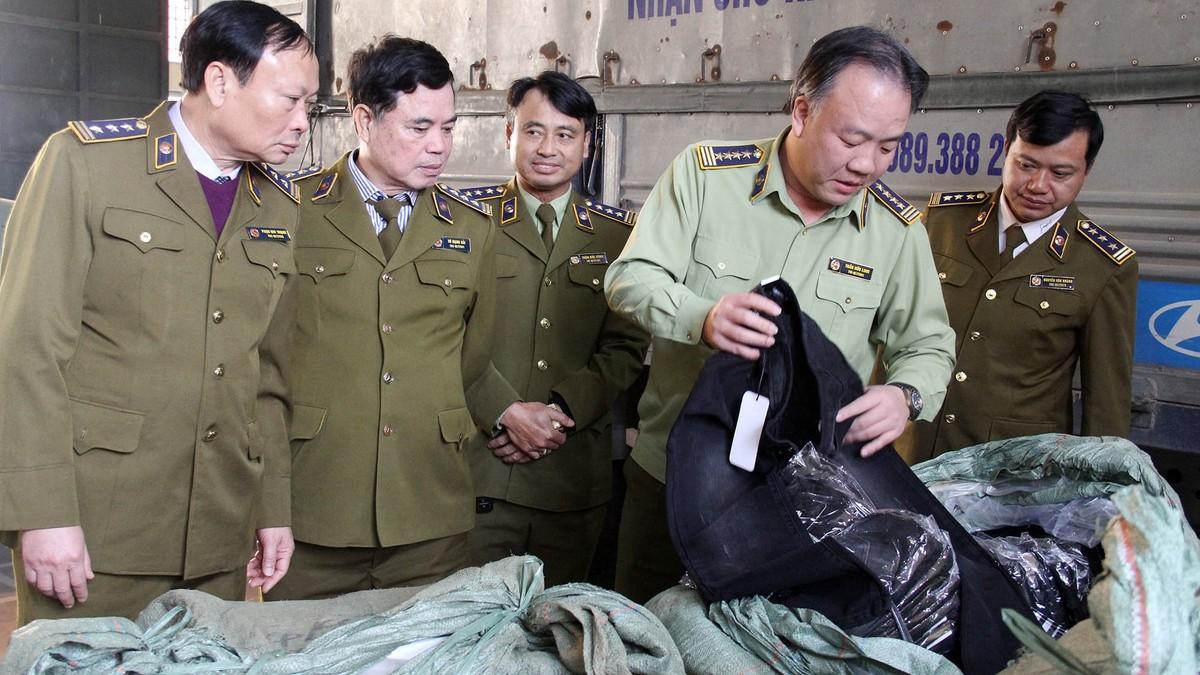 Thu giữ 15 tấn đồ thời trang tại tụ điểm nổi cộm về hàng giả, hàng nhái