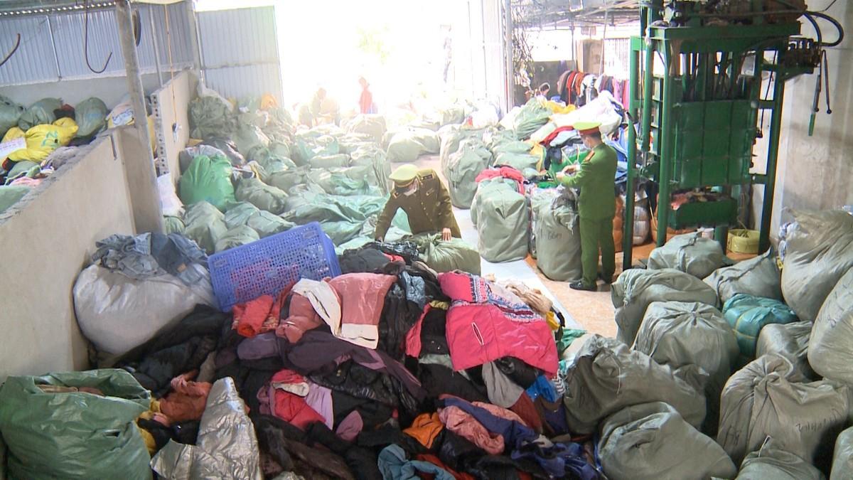 """Liên tiếp bắt giữ hàng chục tấn quần áo """"sida"""" nhập lậu"""