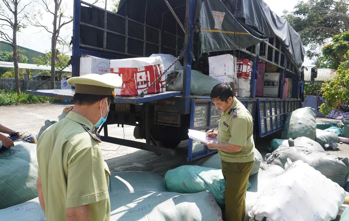 Quảng Nam bắt phương tiện chở gần 6 tấn hàng thời trang cũ