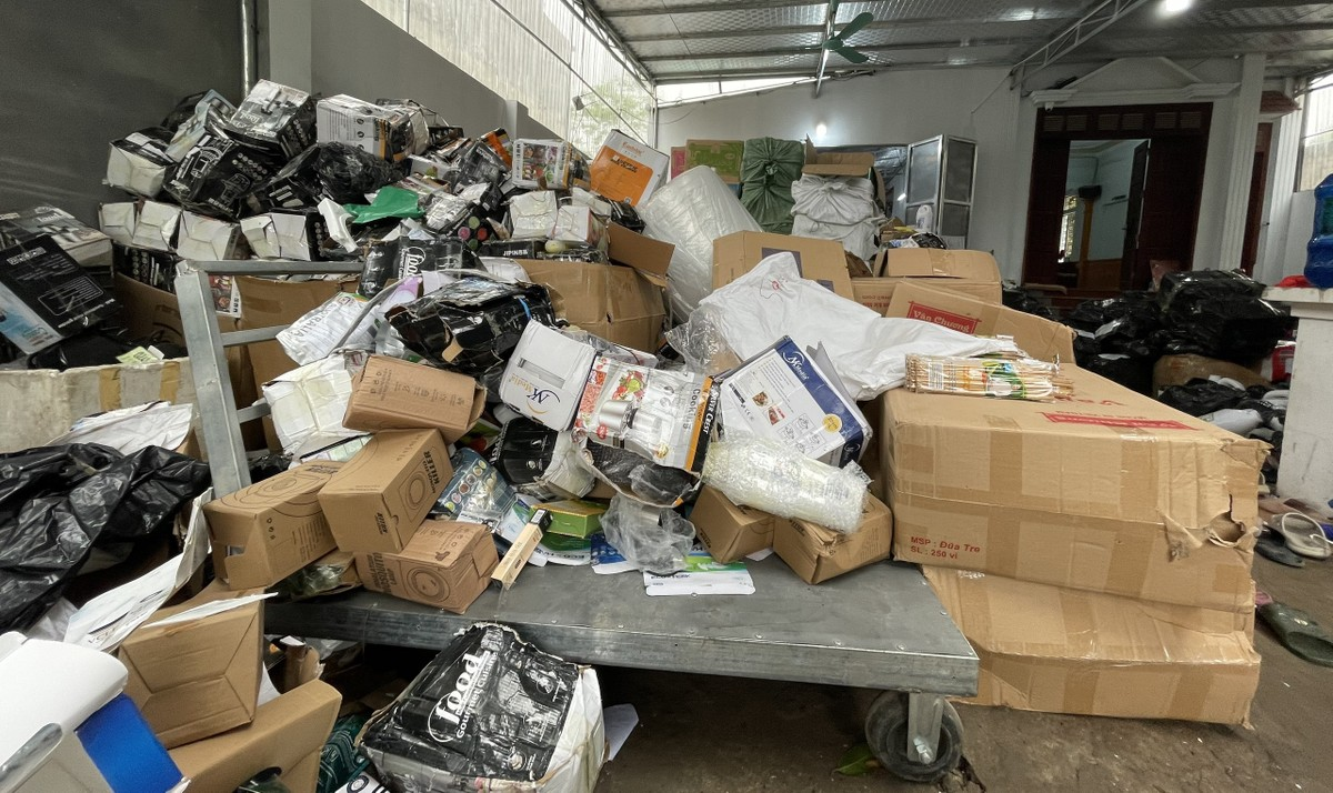 Một kho hàng lậu tại Hà Nội mất gần 10 tiếng niêm phong, vận chuyển chưa xong