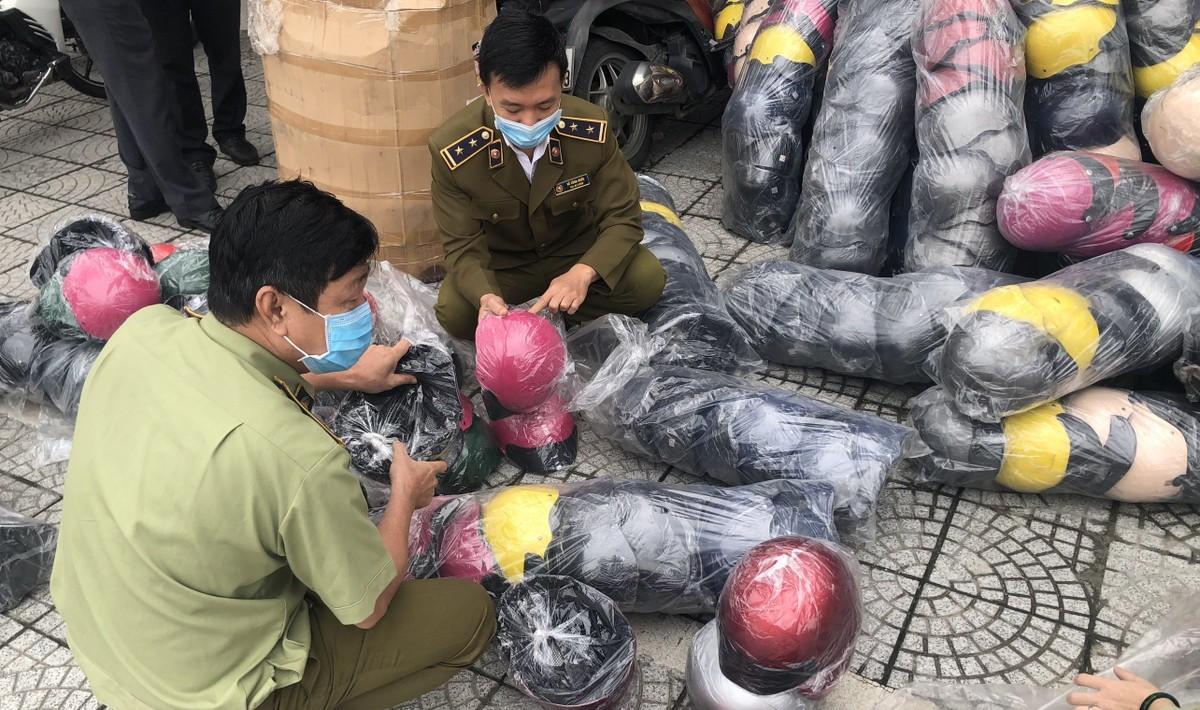 Triệt phá xưởng sản xuất mũ bảo hiểm giả quy mô hàng chục tỷ đồng