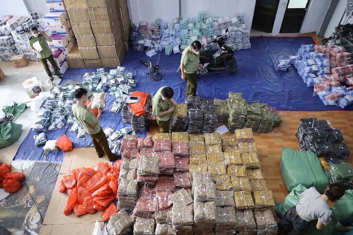 Tổng tấn công 8 kho hàng, thu giữ hàng trăm nghìn sản phẩm không rõ nguồn gốc