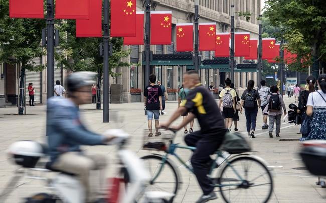 """Động thái """"ngược đời"""" của Trung Quốc và hồi chuông cảnh báo cho cả thế giới về rủi ro hồi phục sau đại dịch"""