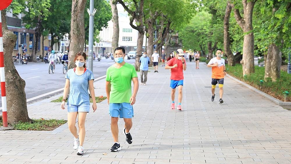 Hà Nội cho phép người dân thể dục ngoài trời, cửa hàng thời trang mở cửa lại
