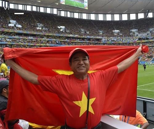 Cựu chiến binh phất cờ Tổ quốc ở World Cup 2014