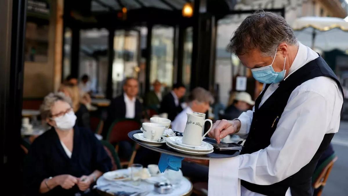 Paris cho phép nhà hàng, cà phê mở cửa trở lại nhưng hạn chế không gian và số lượng khách