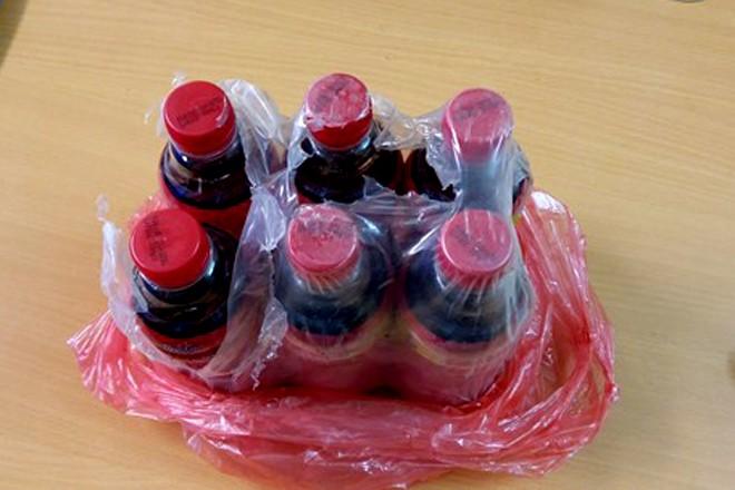 Vật lạ nổi đầy trong chai nước giải khát mang nhãn hiệu Dr.Thanh