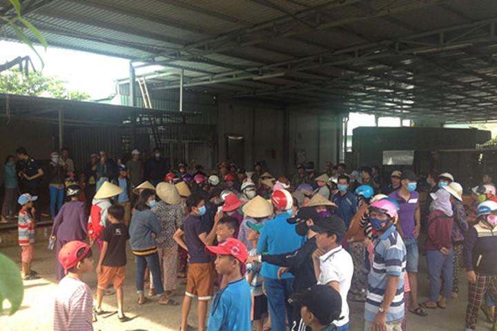 Dân vây nhà máy vì nghi ngờ nước thải làm tôm chết hàng loạt