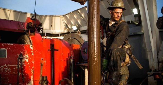 Giá dầu tăng 2% nhờ USD mất giá so với bảng Anh