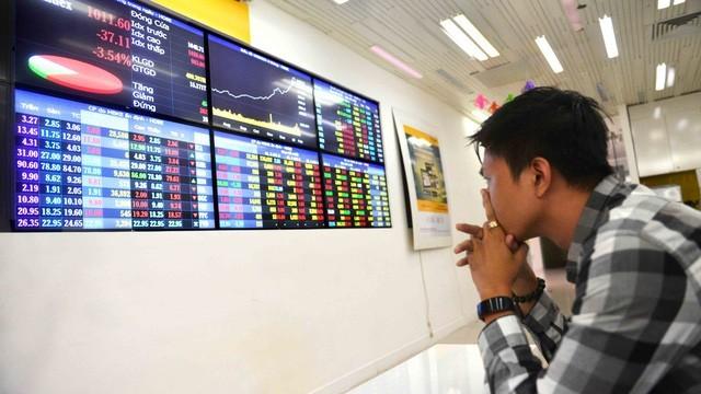 """Nâng lô cổ phiếu, nhà đầu tư """"tố"""" bị ảnh hưởng quyền lợi"""