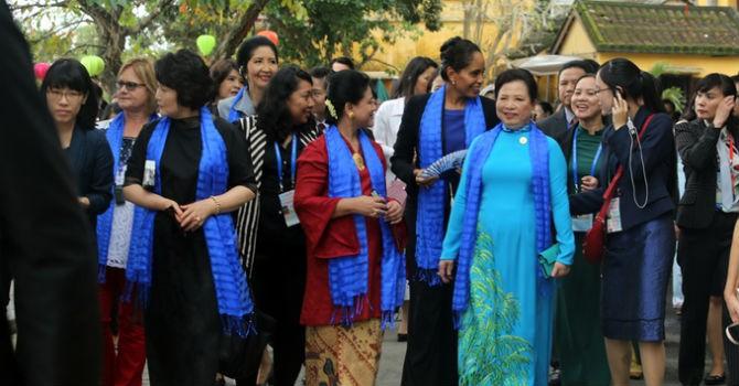 Phu nhân lãnh đạo dự APEC dạo phố cổ Hội An