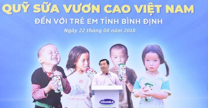 Quỹ sữa Vươn cao Việt Nam và Vinamilk trao 64.000 ly sữa cho trẻ em nghèo Bình Định