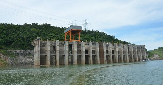 Mực nước hồ Hòa Bình thấp nhưng vẫn đảm bảo cấp nước sinh hoạt cho hạ du