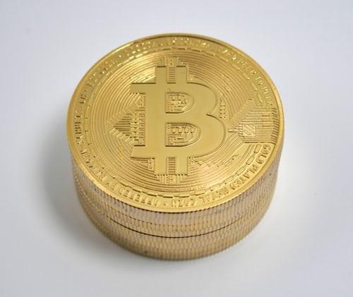 """Thị trường tiền ảo """"rực cháy"""", Bitcoin lại lao dốc"""