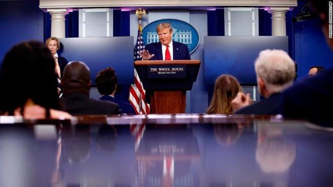 Tổng thống Trump ngưng cấp thẻ xanh trong 60 ngày vì dịch và việc làm