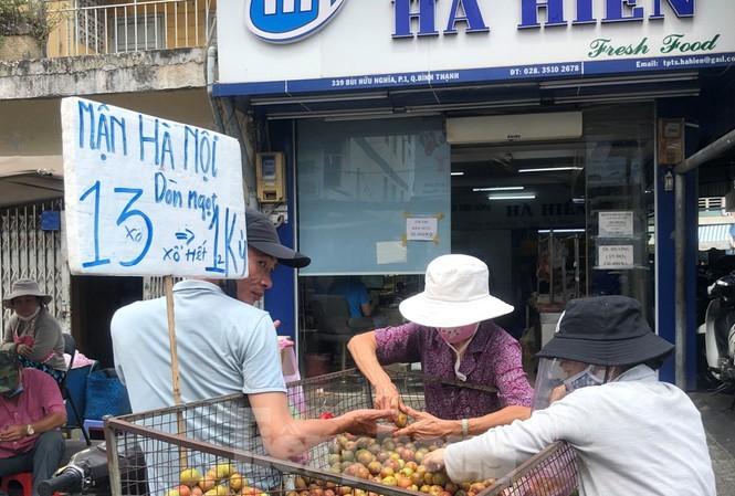 """Mận Hà Nội vào Sài Gòn """"loạn giá"""""""