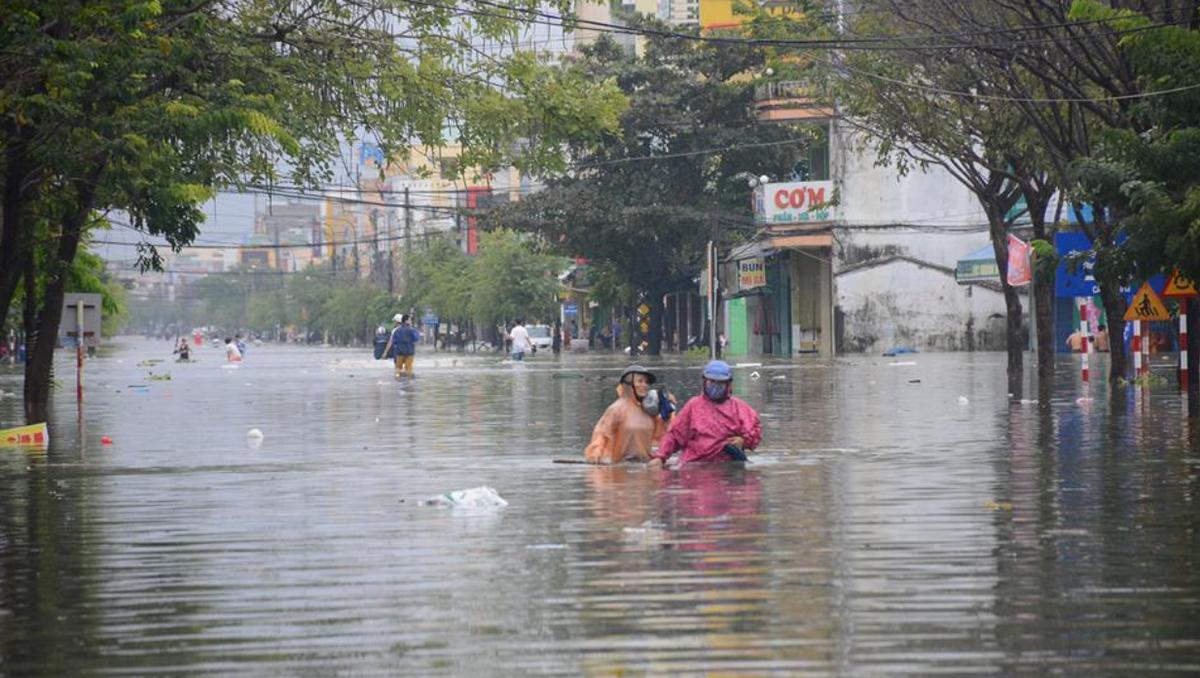 Thời tiết ngày 17/10: Áp thấp nhiệt đới vào đất liền, miền Trung mưa lớn kéo dài
