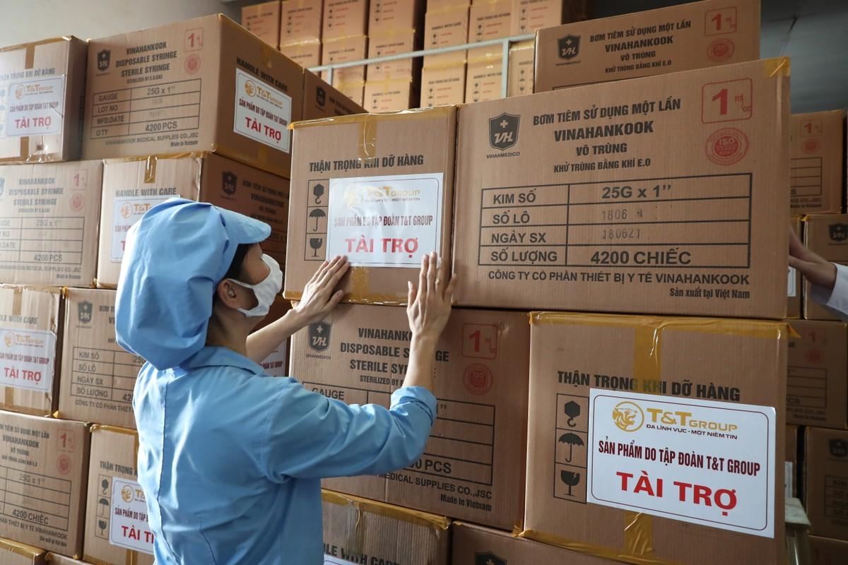 """T&T Group """"tiếp sức"""" 500.000 bộ bơm tiêm vắc xin COVID-19 cho TP.HCM"""