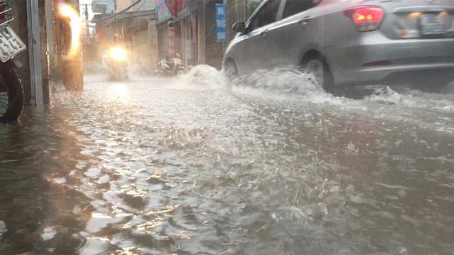 Hà Nội mưa lớn, cảnh báo ngập ở nhiều tuyến đường