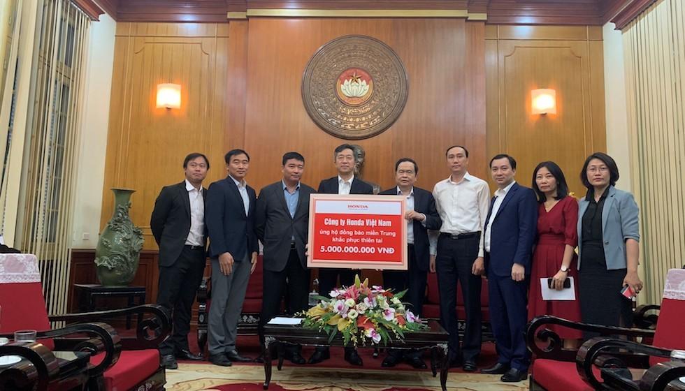 Honda Việt Nam trao tặng 3 tỷ đồng cùng hàng trăm máy bơm nước, máy phát điện cho miền Trung