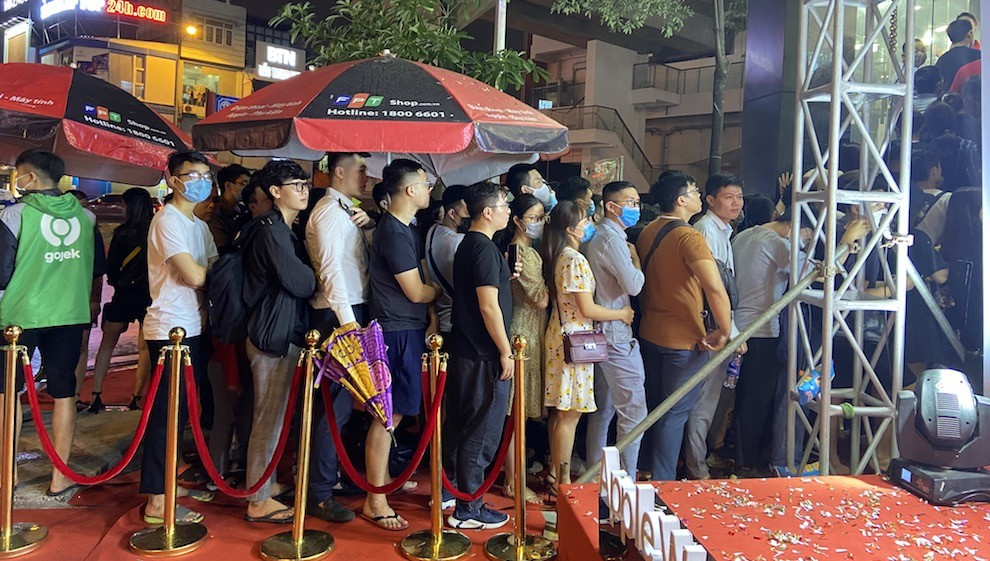 Người dùng đội mưa xếp hàng trong ngày Apple Watch Series 6 về Việt Nam