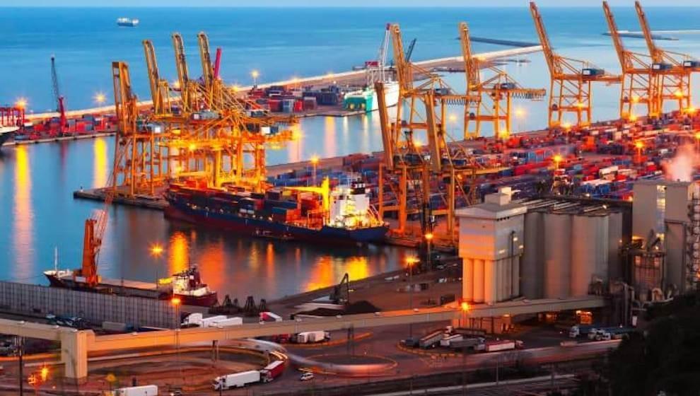 Liên tiếp nhập siêu, cán cân thương mại Việt Nam thâm hụt kỷ lục