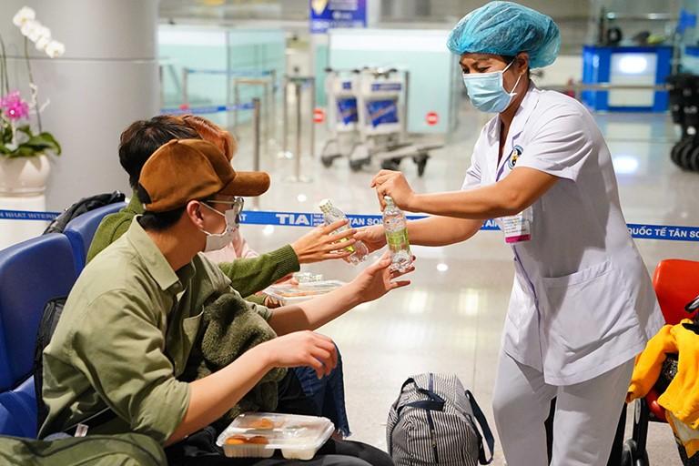 """Bảo vệ """"chiến sỹ áo trắng"""" trên mặt trận chống Covid-19: Cán bộ y tế đang gồng mình hết sức"""