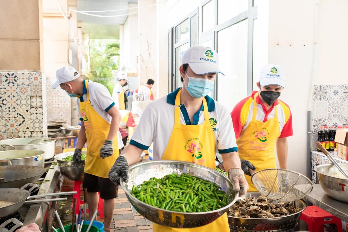 """""""Bữa cơm yêu thương"""" do Phú Long phát động cung cấp hơn 600.000 suất cơm, hàng chục tấn lương thực cùng TP.HCM chống COVID-19"""