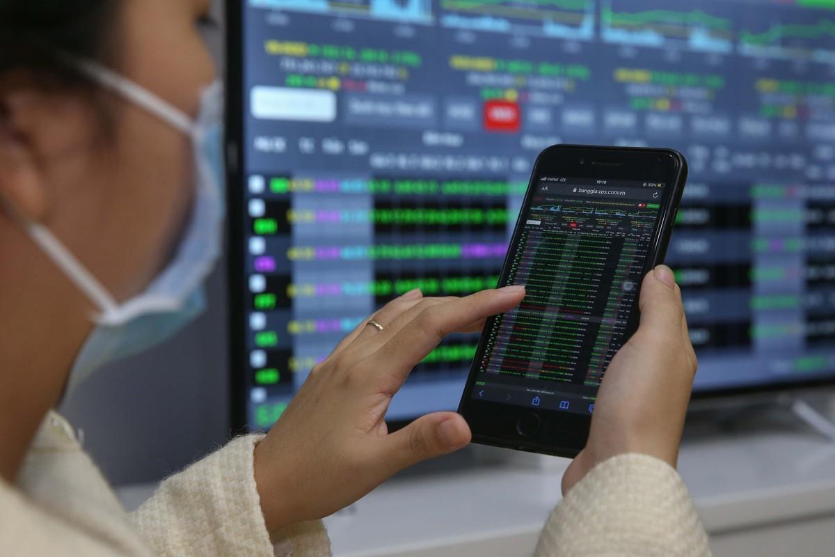 """""""Nhà đầu tư nên giảm tỷ trọng cổ phiếu Chứng khoán vì định giá đang quá cao"""""""