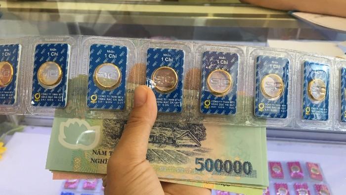 Giá vàng SJC vọt tăng, vượt ngưỡng 49,5 triệu đồng/lượng