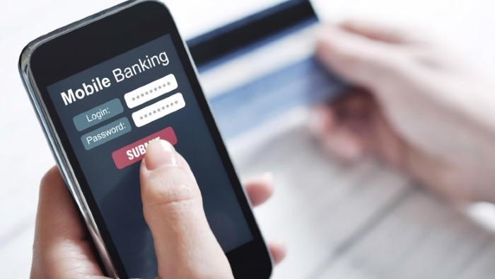 Đồng loạt giảm phí hỗ trợ khách hàng, ngân hàng vẫn chưa gọi được sự đồng hành