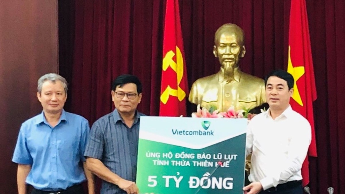 Vietcombank ủng hộ đồng bào miền Trung 11 tỷ đồng