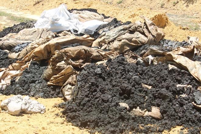 """Formosa """"phủi trách nhiệm"""" sau khi đổ hàng trăm tấn chất thải"""