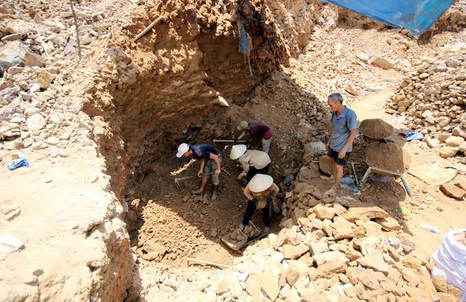 Người dân xới tung vách núi tìm kiếm vàng